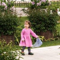 Девочка играет с платочком. :: Владимир Безбородов