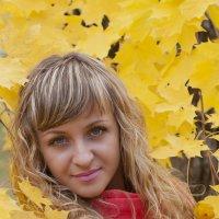 Красивая девушка в красном пальто :: Андрей Гуров