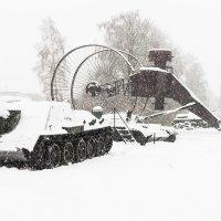 Макет колесного танка Лебеденко на фоне СУ-100 :: Алексей Озеров