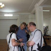 Фотографы встретились на открытии выставки. :: Наталья Золотых-Сибирская