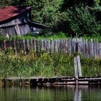 Озеро (сарай, забор, мосток) :: Сергей Кудрявцев
