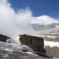Эльбрус, каменные грибы и облако :: Наталья Кичигина