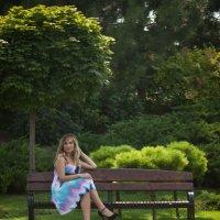 Маша под зонтиком дерева :: Владимир Коптев