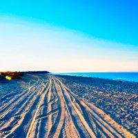 Рассвет на пляже :: Юрий Саевич