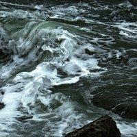 Кипящий вал морской воды... :: Людмила