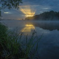 Восхода веер над рекой... :: Igor Andreev