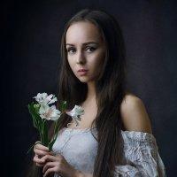 Девушка с альстрёмериями :: Александр Сергеев