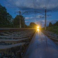 Приближающийся поезд в предрассветных сумерках. :: Igor Andreev