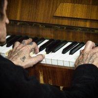 Этот пианист сам хоть кого застрелит... :: Сергей Смоляков