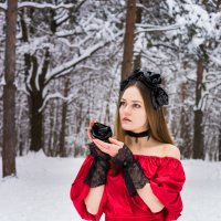 Девушка в лесу зимой с черной розой в руке в красном платье :: Ирина Вайнбранд