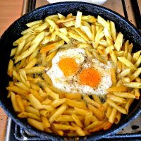 Яичница с макаронами на сковороде. :: Михаил Столяров