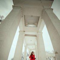 Мощь колонн над телом бренным... :: Мария Чуйкова