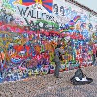 У стены Джона Леннона в Праге. :: ИРЭН@ .