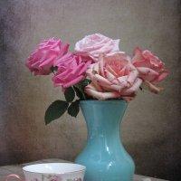 Розы в голубой вазе :: Наталия Тихомирова