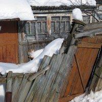 В марте на завалинке, за кривым забором... На окраине Ярославля :: Николай Белавин