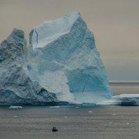 как айсберг смотрит на лилипутов ! :: Георгий А