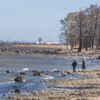 Весенняя прогулка в Петергофе.  Он, она и море. :: bajguz igor