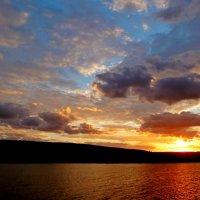 За горизонт садится солнца свет, уж день допел последний свой куплет... :: Лидия Бараблина