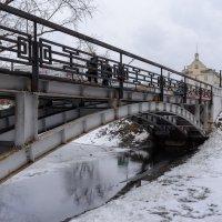 Пешеходный мост через реку Аба :: Валерий Михмель