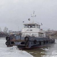 РТ-456 на обколке льда около понтонного моста. :: Иван Зарубин