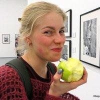 """ну, """"блин"""", поймал или девушка с яблоком :: Олег Лукьянов"""