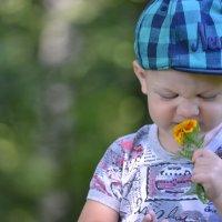 Малыш и цветок :: Anna Selezneva