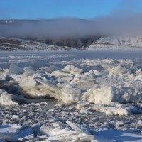 Осенний ледостав на реке Лена :: Александр Велигура