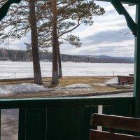 Вид из беседки на озеро :: Валерий Михмель