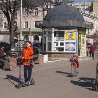 На бульвар прикатила весна... :: Анатолий Грачев