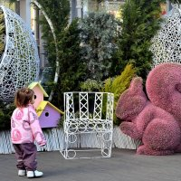 Малышка познаёт мир! Осторожно подходит к белочке! :: Татьяна Помогалова