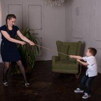 Ребёнок с мамой тянут канат :: Valentina Zaytseva