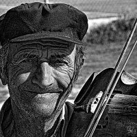 Уличный  музыкант   Крит :: олег свирский