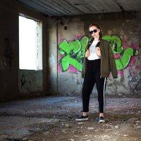 Девушка на фоне граффити в заброшенном здании :: Валерий Переславцев