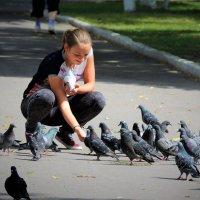 Девушка, кормящая голубей :: Вячеслав Маслов