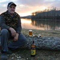 С пивом  у реки  в  закатных  цветах :: Владимир Коваленко