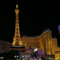 Туристы любуются фонтанами у отеля «Париж» в Лас Вегасе :: Юрий Поляков