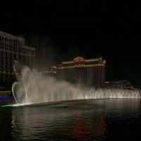 """Ночное шоу фонтанов у отеля «Белладжио» (""""Bellagio"""", этот отель слева), Лас Вегас :: Юрий Поляков"""