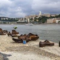 Памятник жертвам Холокоста в Будапеште... :: Cергей Павлович