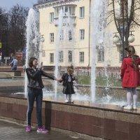 Притяжение фонтана.. :: Анатолий Грачев