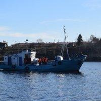 Спуск  на воду венков  на месте затонувшей подводной лодки :: Андрей