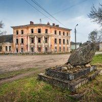 Городская усадьба и камень :: Юлия Батурина
