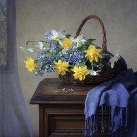Весенние садовые цветы в интерьере :: Ирина Приходько