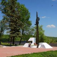 Таруса, набережная Оки. Памятник погибшим тарусянам… :: Наташенька *****