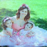 Мама с дочками :: марина алексеева
