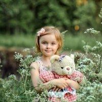 Девочка с мишкой :: Виктория Дубровская