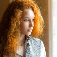 Девушка у окна :: Сергей Бутусов