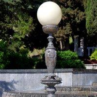Бронзовый фонарь у подножия Лестницы искусств :: Валерий Новиков