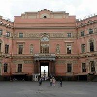 Во внутреннем дворе Михайловского замка :: Елена Павлова (Смолова)