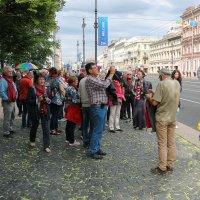 Туристы в Питере... :: Sergey Podkovkin