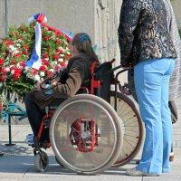 Приходят, приезжают, чтобы почтить память погибших в войне. :: Вера Щукина